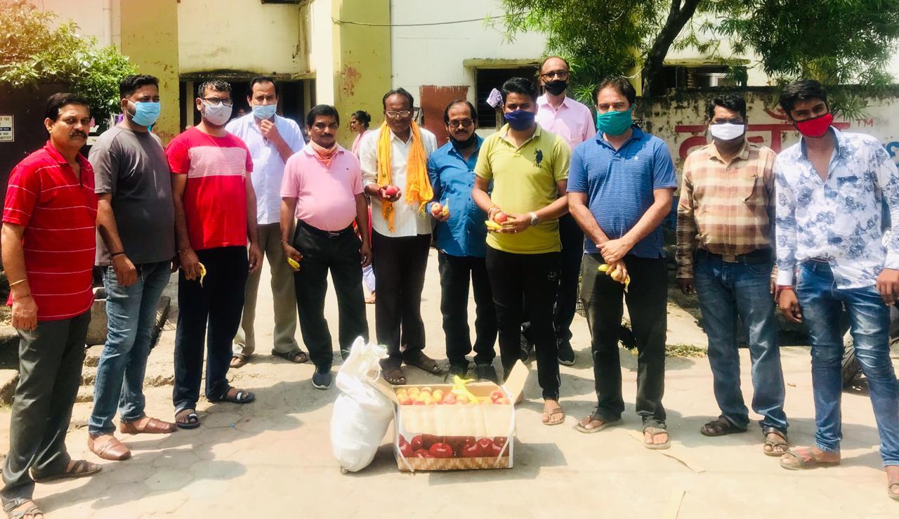 प्रधानमंत्री नरेन्द्र मोदी के 70 वें जन्मदिन पर भाजपा उत्तर मंडल ने अटल आवास में फल वितरण किया