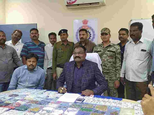 एक करोड़ के बहुमूल्य रत्नों के साथ उत्तर प्रदेश का एक रत्न तस्कर गिरफ्तार