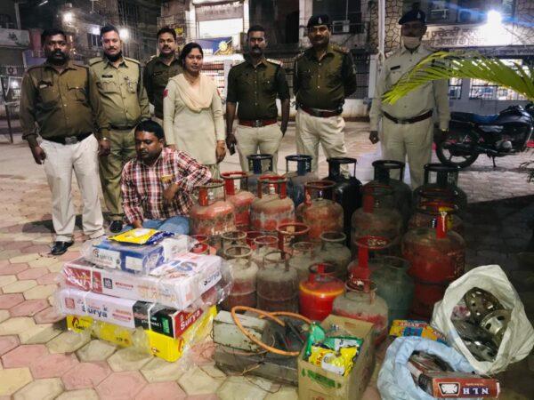 कोतवाली पुलिस ने गैस सिलेंडरों की कालाबाजारी करने वालो के ठिकानों पर छापा मारकर 50 सिलेंडर जप्त किये