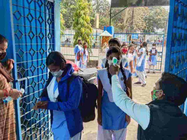 स्कूलों में किया जा रहा कोविड गाईड लाईन का पालन जिला शिक्षा अधिकारी ने निरीक्षण कर गाईड लाईन के अनिवार्य पालन करने के दिये निर्देश