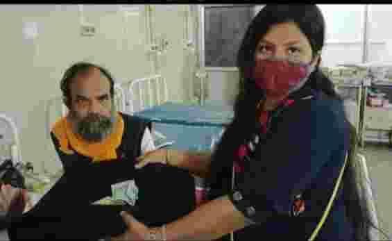 सिम्स हॉस्पिटल में बुजुर्ग मरीज की मदद की जिद्दी यूथ के स्वर्णा गौरहा एवं सदस्यों ने