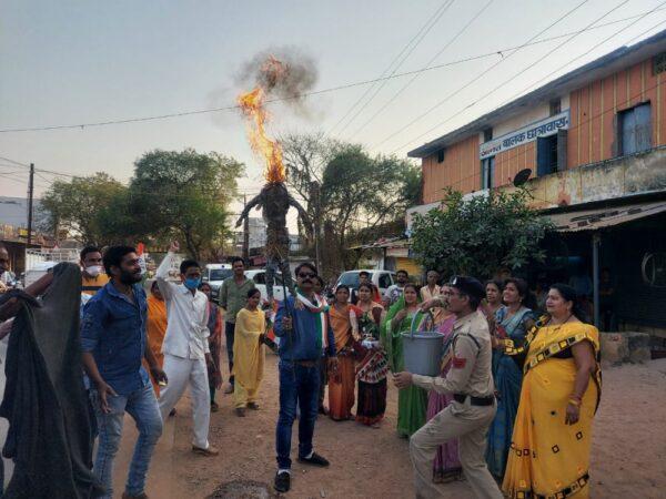 महिला कांग्रेस ने किया केंद्र के मोदी सरकार का पुतला दहन