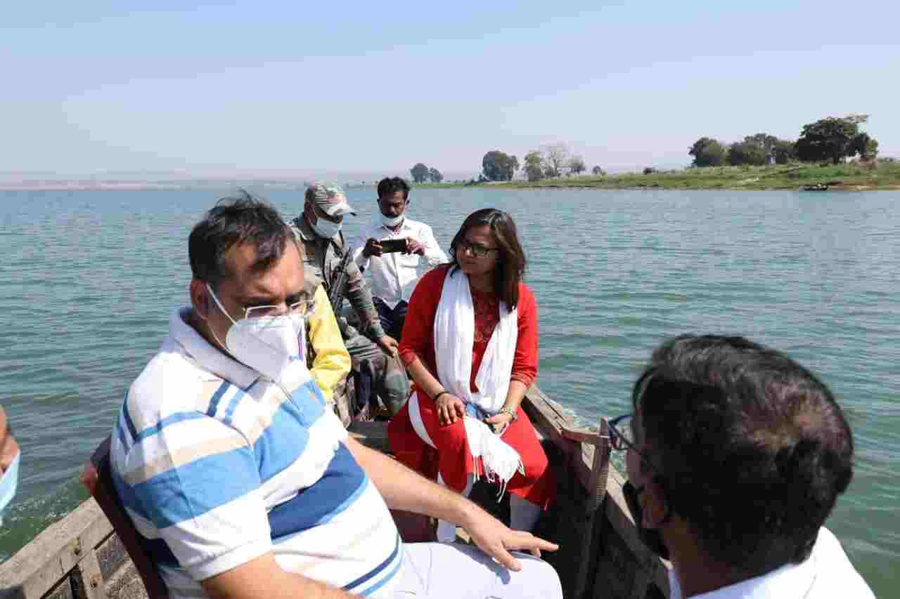 वाटर लिफ्ट करने बनाए कार्य योजना-कलेक्टर श्री भीम सिंह कलेक्टर श्री सिंह नाव से पहुंचे जिले के अंतिम छोर स्थित सिंचाई क्षेत्र